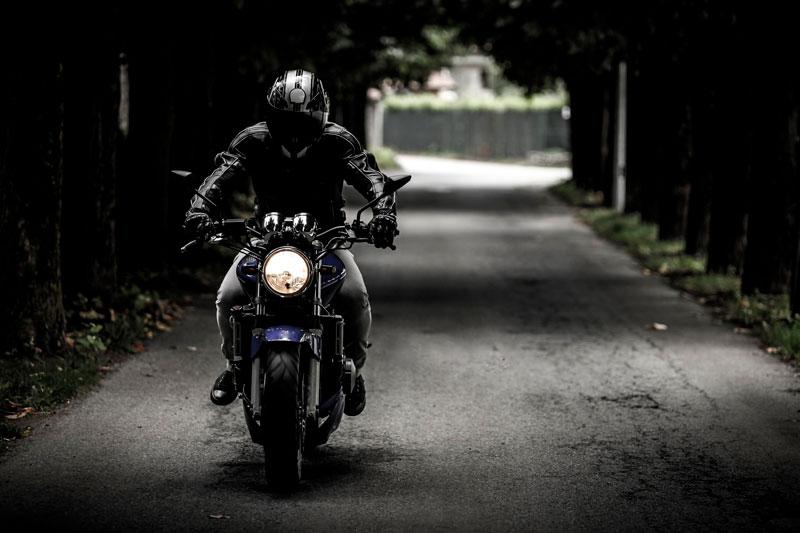 Las medidas básicas de seguridad cibernética. Como llevar casco integral en la moto.